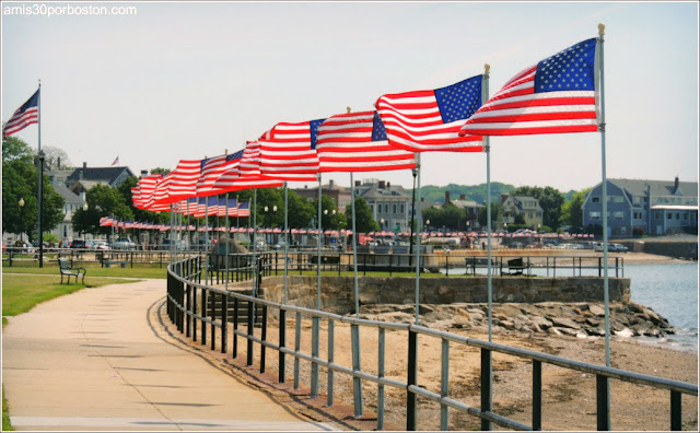 Banderas de Estados Unidos en el Paseo Marítimo de Gloucester, Massachusetts
