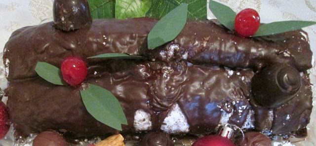 How to make an edible Christmas Yule Log Roll Cake.
