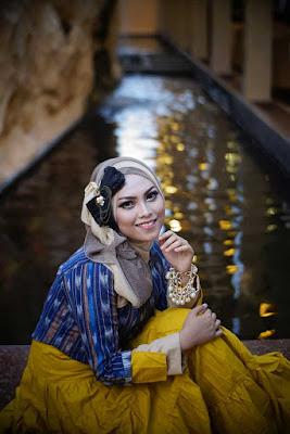 model hijab cantik dengan gaya foto kekinian sendiri