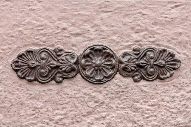Detalhe de uma casa antiga na Rua Paula Gomes -