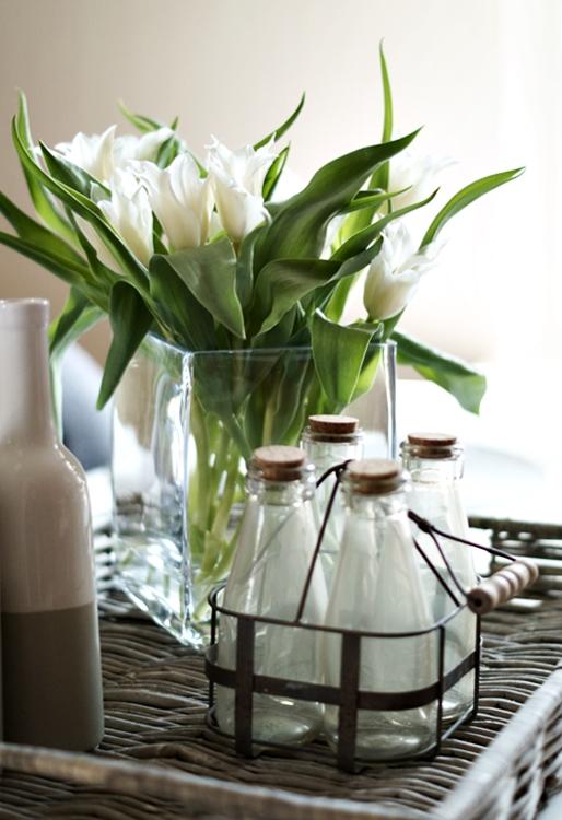 Spitze weiße Tulpen mit einem kleinen Flaschenkorb { by it's me! }