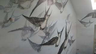 Ciekawy pomysł na klatkę schodowa, malowanie nowoczesnego obrazu na ścianie, lecące jaskółki,