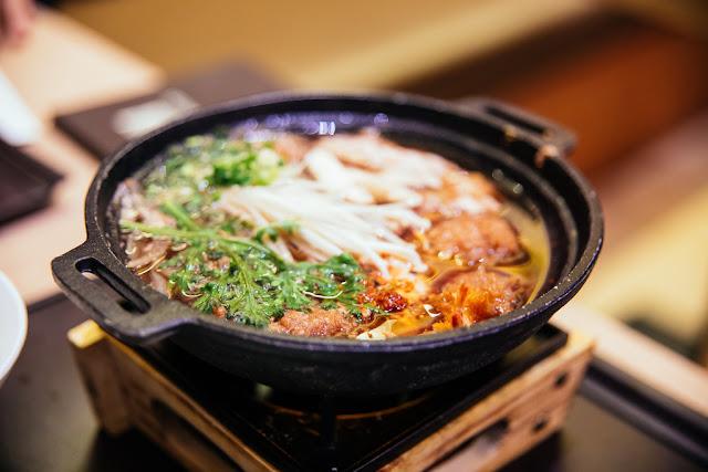 Bữa sáng trong các gia đình Hàn Quốc thường đầy đặn với cơm trắng, thịt và rau. Họ khai vị bằng món súp hoặc món hầm như haejangguk hoặc galbitang. Sau đó, người Hàn Quốc có thể ăn thịt nướng bulgogi hoặc thịt lợn bọc lá rau diếp (samgyeopsal). Những món rau cũng được chú trọng và dĩ nhiên phổ biến nhất vẫn là kim chi. Trong trường hợp gấp gáp, người Hàn Quốc có xu hướng chọn bánh sandwich làm bữa sáng.