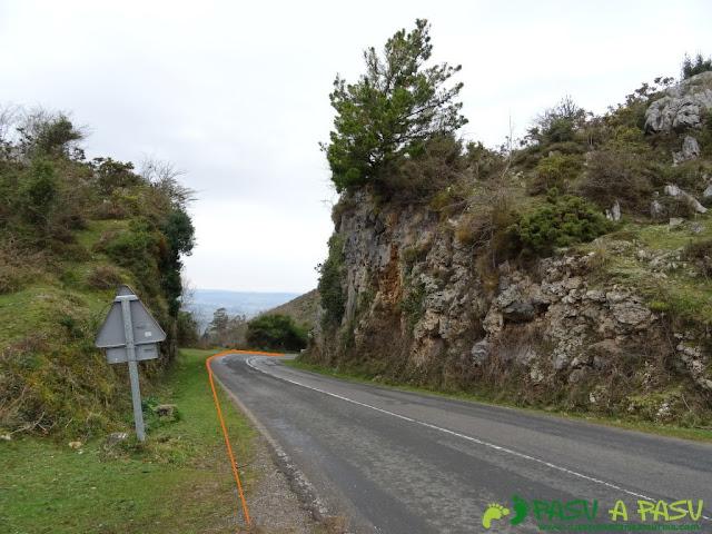Ruta al Pico Gobia y La Forquita: bajando por la carretera del Fitu a Casa Julia