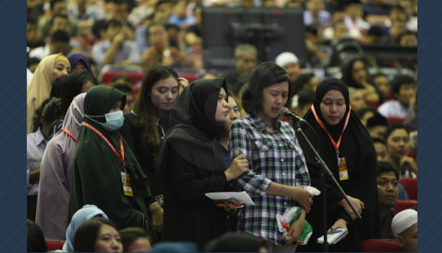 Irene Ucapkan Syahadat Teteskan Air Mata Dipandu Zakir Naik