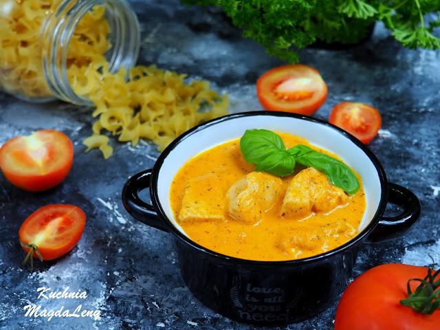 Piersi z kurczaka w sosie z pieczonych pomidorów