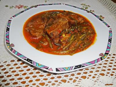 Μαυροματικα με κρέας μοσχάρι,σε πιάτο όμορφο και ωραία παρουσιασμένο