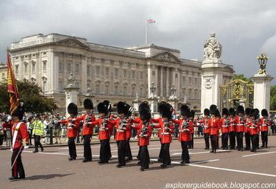 Pergantian penjaga istana Buckingham