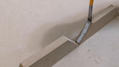 وضع غراء بين زوايا قطع خشبية مقصوصة بزاوية 36 درجة