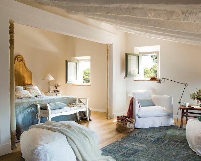 dormitorio de casa de campo decorada en azul celeste chicanddeco