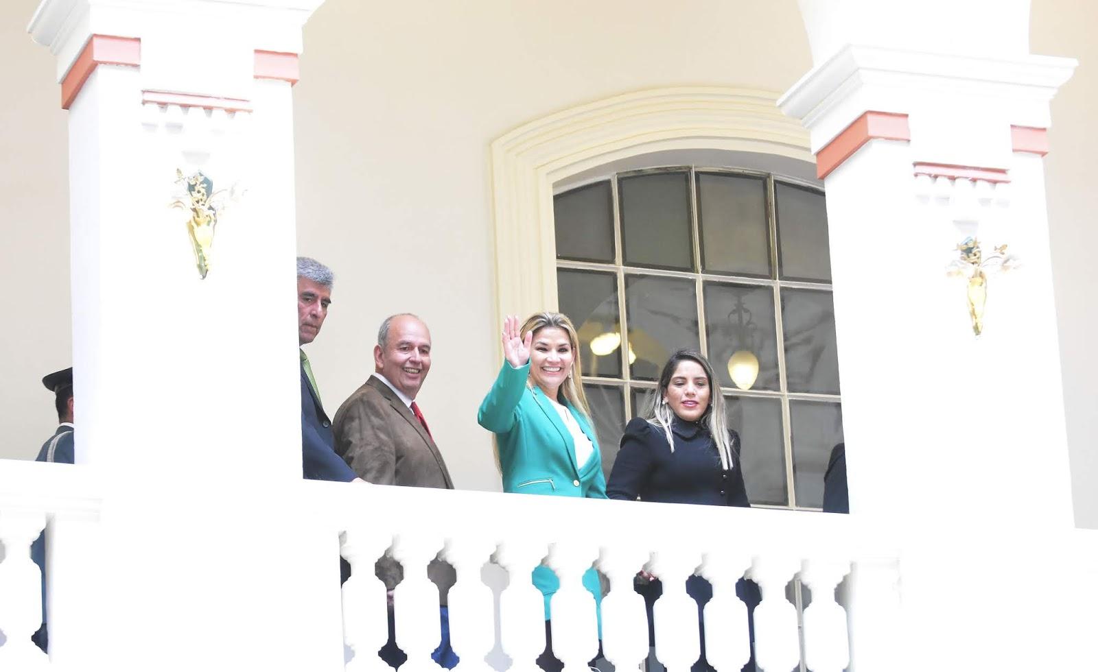 Áñez junto a su hija en el palco de Palacio de Gobierno saludando a la población / ABI