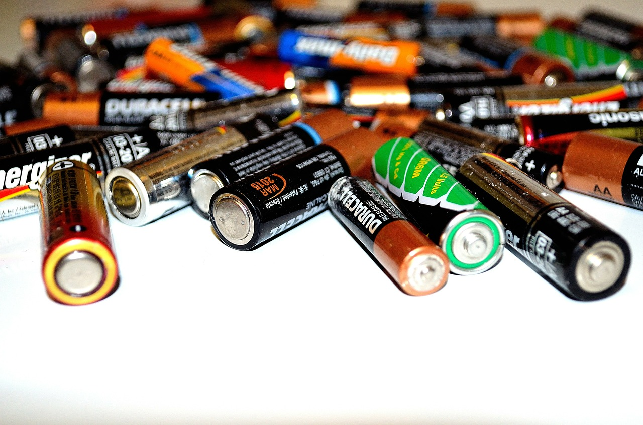 """صورة لمجموعة كبيرة ومتناثرة لعدة أنواع من البطاريات الصغيرة من طراز """" AA baterry"""