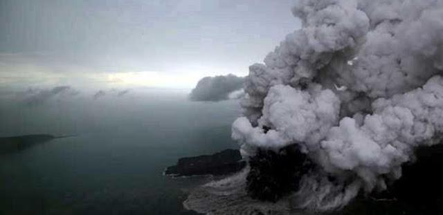Mendebarkan, 12 Nelayan Ada di Kaki Gunung Anak Krakatau sebelum Erupsi, 3 Orang Selamat Berenang