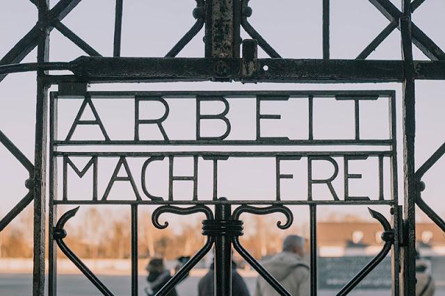 Frase na entrada principal do campo de concentração de Dachau