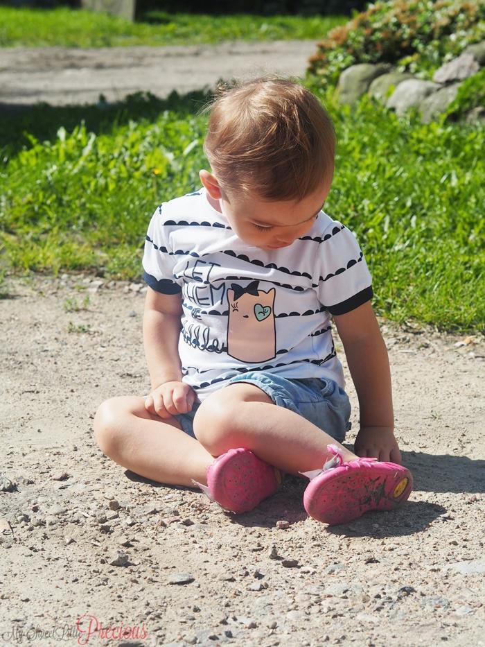 dziecko bawi się