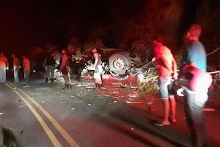 Caminhão vira em rodovia e três pessoas ficam feridas na Paraíba