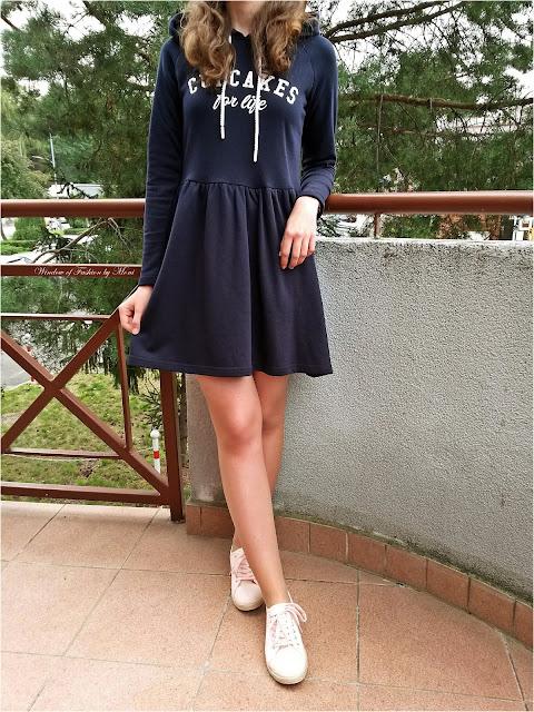 Granatowa, dresowa sukienka z kapturem Cropp, jasnoróżowe espadryle Pepco