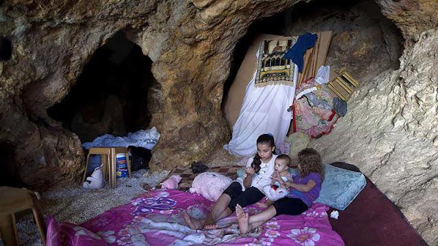 Rumah Dihancurkan Israel, Keluarga Palestina Terpaksa Tinggal di Gua Bak Masyarakat Primitif