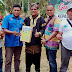 Bupati 50 Kota Irfendi Arbi Terima Ulos Sebagai Cindera Mata Dari Panitia Kemah Pers Indonesia