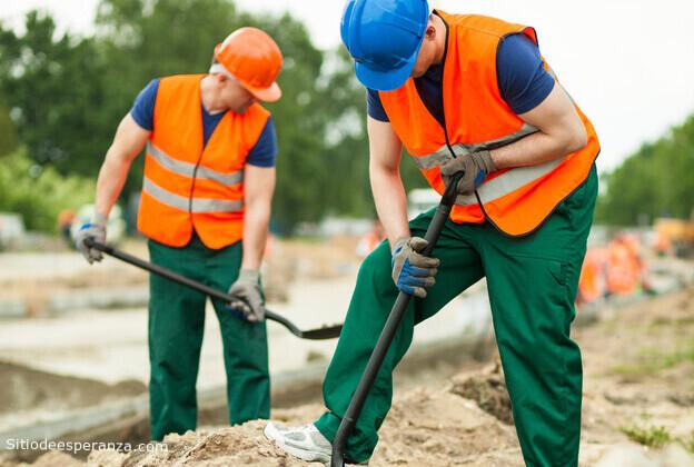 Hombres trabajando en construcción