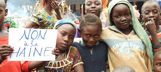 """Un grupo de jóvenes se manifiestan contra el odio y la discriminación basados en la religión y la raza en la República Centroafricana. En el cartel se puede leer: """"No al odio""""OCHA/Yaye Nabo Sene"""