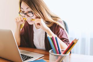 Chica con ansiedad mirando la pantalla del ordenador