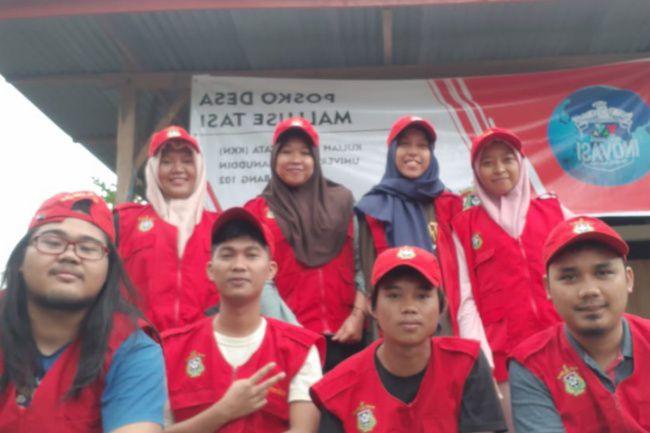 Meningkatkan Kenyamanan Beribadah, Mahasiswa KKN 102 Unhas Mallusetasi Bersihkan Masjid