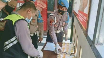 Anggota Polres Purbalingga saat jalani tes urine