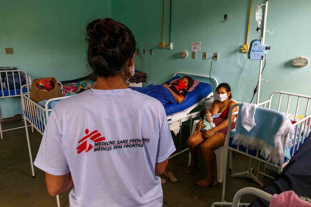O sistema de saúde de Manaus entrou em colapso pela segunda vez. Apesar de os hospitais da capital do Amazonas estarem tentando ampliar a disponibilidade de leitos para pacientes da COVID-19, o número de doentes cresce a uma velocidade mais rápida, levando à sobrecarga e saturação de todo o sistema de saúde. Mais grave é o fato de que a capacidade de Manaus produzir oxigênio cobre apenas um terço da demanda atual, deixando hospitais sem meios de fornecer o insumo a seus pacientes, com um grande número de relatos de pessoas morrendo por asfixia.