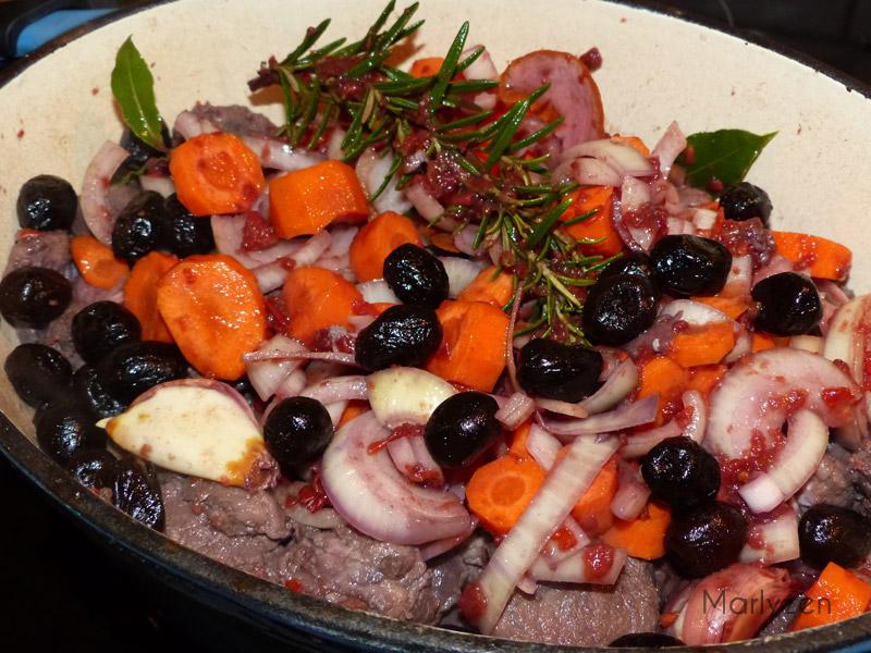 Ajoutez les légumes et les olives.