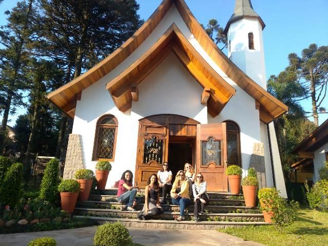 Dica em Gramado: Denise, Julia, Dani e Ana (primeira fila). Regina e Eu. Na frente da capela do Hotel Ritta Höppner