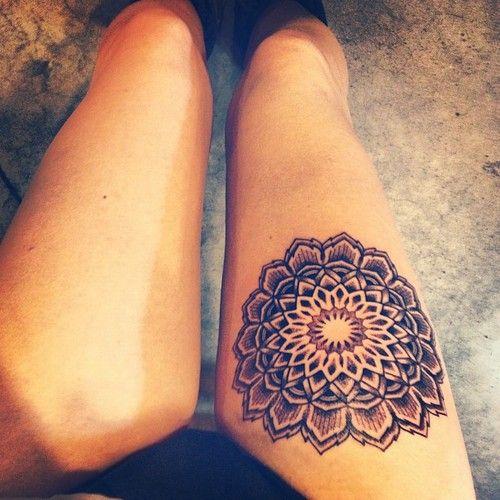 tatuaje en la pierna de un mandala