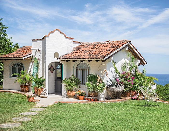 casa-campo-bohemia-cesped-silla-acapulco-invitados-plantas-playa-boho