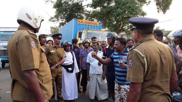 Tense situation between public and police in Kilinochchi