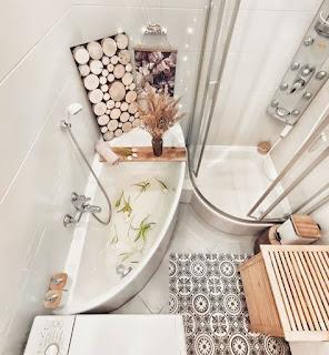 Desain kamar mandi minimalis mewah dengan penutup shower kaca dan bak mandi