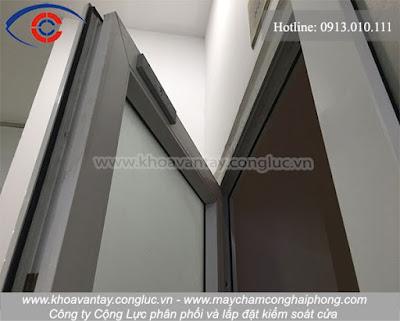 Với tùy từng loại cửa, chất liệu cửa mà sẽ có một giải pháp lắp đặt phù hợp.