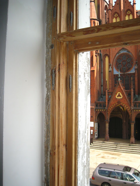 okno skrzynkowe w kamienicy po usunięciu farby olejnej
