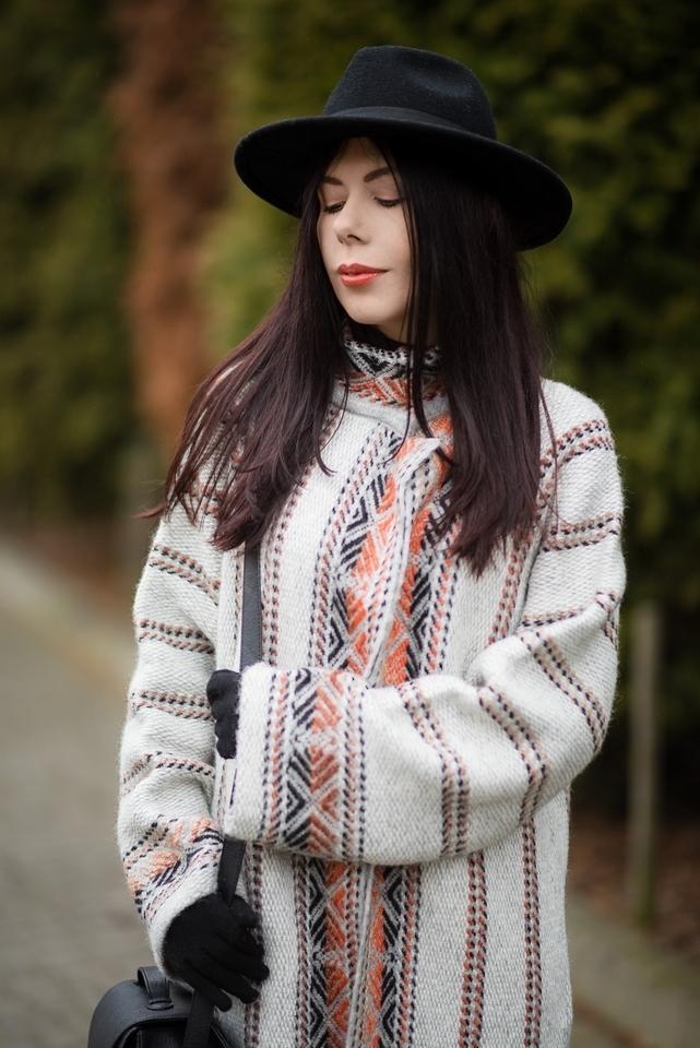 wełniany płaszcz etniczny wzór blogerka stylizacja boho z kapeluszem blog o modzie