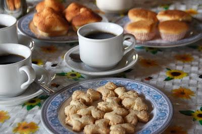 Sarapan pagi Lamin Dana, aneka kue dari sagu dan kopi