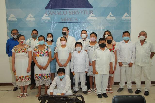 "IP dota de vestimenta tradicional a los 25 niños del coro Infantil ""Túumben K'aay"" Kinchil"