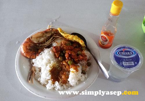 Menu makan siang dengan Udang kesukaan saya.  Foto Asep Haryono