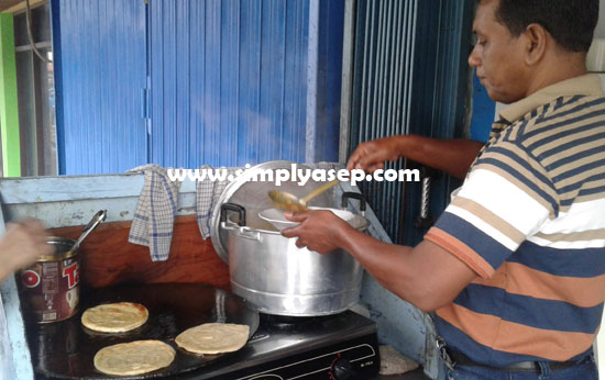 Gambar 3.  Roti cane yang sudah siap atau sudah matang dipindahkan ke dalam piring terpisah dengan Kuah Kari pilihan anda.  Foto Asep Haryono