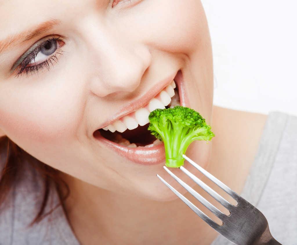 Consumo de certos alimentos pode auxiliar na prevenção ou até mesmo agravar quadros de depressão e ansiedade devido à conexão entre o cérebro e o intestino.