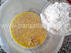 preparare reteta gogosi la cuptor - incorporam faina in compozitia aluatului