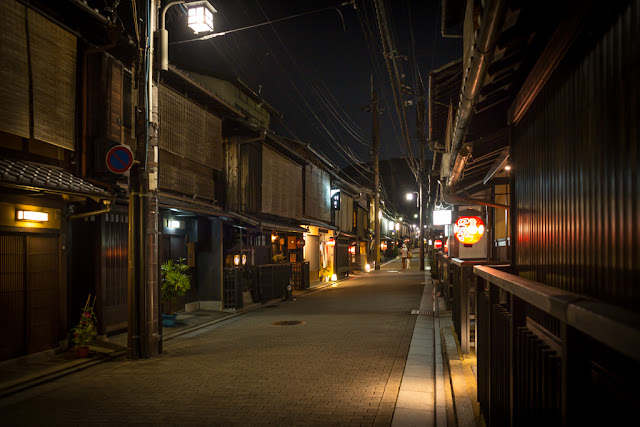 En Yasaka Kamimachi :: Canon EOS5D MkIII | ISO800 | Canon 28mm | f/3.2 | 1/13s