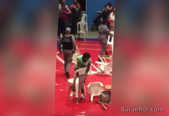 """Video: Cartelera de boxeo terminó a """"silletazos"""" en Santiago"""