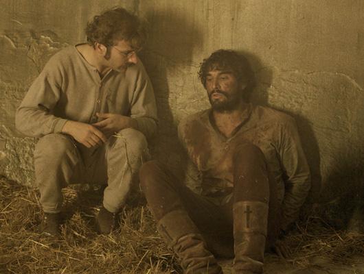 """los actores sentados en prisión con look """"western"""""""