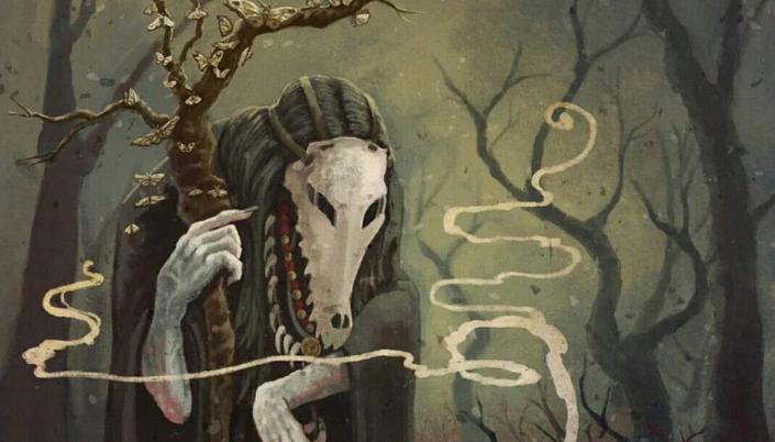 Imagem: ilustração de uma mulher velha, uma bruxa, com braços pálidos e de unhas compridas segurando um cajado feito de árvore com várias pequenas borboletas sobre a superfície dele, longos cabelos pretos, colares feitos de dentes e uma máscara feita com o crânio de um jacaré, e ao fundo várias árvores escuras.
