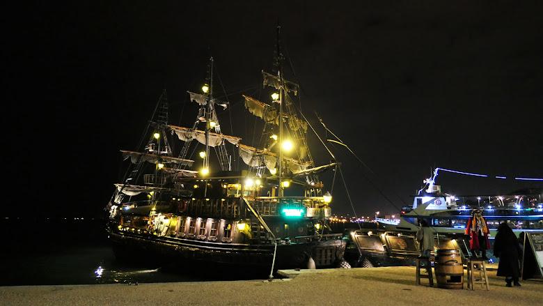 夜晚隻海盜船酒吧更有氣勢了!