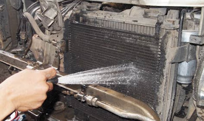 Bersihkan kondensor ac mobil xpander